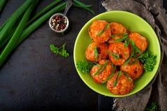Boulettes de viande cuites au four de filet de poulet en sauce tomate Photo stock