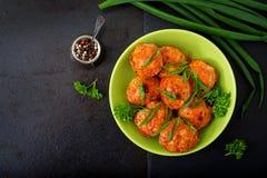 Boulettes de viande cuites au four de filet de poulet en sauce tomate Images libres de droits