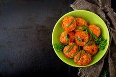 Boulettes de viande cuites au four de filet de poulet en sauce tomate Configuration plate Photographie stock libre de droits