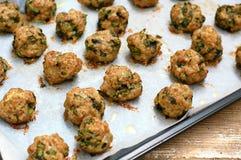 Boulettes de viande cuites au four des feuilles vertes fraîches de bougrans Images libres de droits