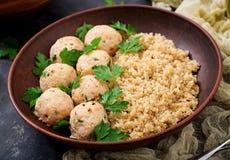 Boulettes de viande cuites au four de filet de poulet avec garni avec le quinoa Photographie stock libre de droits