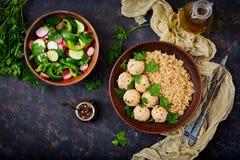 Boulettes de viande cuites au four de filet de poulet avec garni avec le quinoa Image libre de droits