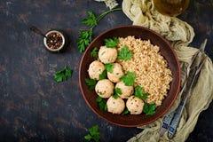 Boulettes de viande cuites au four de filet de poulet avec garni avec le quinoa Photos stock