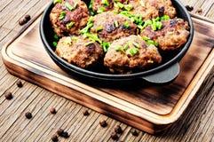 Boulettes de viande délicieuses dans la poêle de fonte Photographie stock