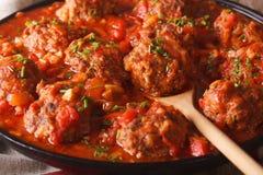 Boulettes de viande d'Albondigas avec de la sauce épicée sur un macro de plat horizonta Photos stock