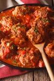 Boulettes de viande d'Albondigas avec de la sauce épicée sur un plan rapproché de plat Vertic Images libres de droits