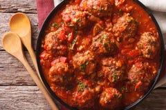 Boulettes de viande d'Albondigas avec de la sauce sur un plan rapproché de plat horizontal Photo stock