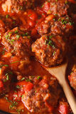 Boulettes de viande d'Albondigas dans le macro de sauce vertical Photographie stock