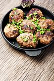 Boulettes de viande dans la poêle de fonte Images stock