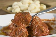 Boulettes de viande en sauce tomate photographie stock