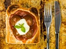 Boulettes de viande en sauce tomate avec du fromage de mozzarella sur le pain grillé avec un couteau et une fourchette Photos stock