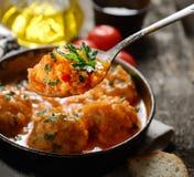 Boulettes de viande en sauce tomate dans la casserole, le pain et la tomate sur un fond en bois photographie stock