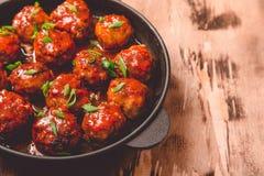 Boulettes de viande en sauce tomate douce et aigre Boeuf rôti fait maison photos libres de droits