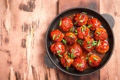 Boulettes de viande en sauce tomate douce et aigre Boeuf rôti fait maison photos stock
