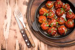 Boulettes de viande en sauce tomate douce et aigre Boeuf rôti fait maison image stock