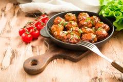 Boulettes de viande en sauce tomate douce et aigre Boeuf rôti fait maison photographie stock