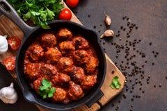 Boulettes de viande en sauce tomate douce et aigre sur la table de cuisine photo libre de droits