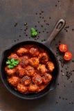 Boulettes de viande en sauce tomate douce et aigre sur la table de cuisine Vue sup?rieure images stock
