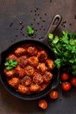 Boulettes de viande en sauce tomate douce et aigre sur la table de cuisine Vue sup?rieure images libres de droits