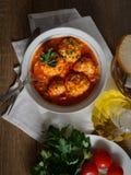 Boulettes de viande en sauce tomate, pain, tomates, herbes image stock