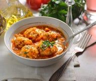 Boulettes de viande en sauce tomate, tomates, herbes, huile images stock