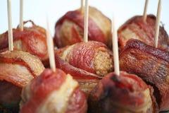 Boulettes de viande enveloppées par lard Image stock
