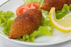 Boulettes de viande et feuilles bourrées turques de laitue photographie stock
