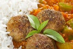 Boulettes de viande et haut proche de sauce Photographie stock