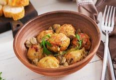 Boulettes de viande faites maison délicieuses avec de la sauce à crème de champignon Cuisine suédoise image libre de droits