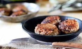Boulettes de viande faites maison délicieuses dans une casserole, tomate, basilic photos stock