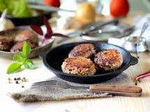 Boulettes de viande faites maison délicieuses dans une casserole, tomate, basilic photographie stock libre de droits