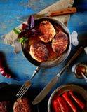 Boulettes de viande faites maison délicieuses dans une casserole, tomate, basilic image libre de droits
