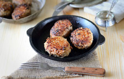 Boulettes de viande faites maison délicieuses dans une casserole, tomate, basilic image stock