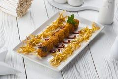 Boulettes de viande frites avec des olives d'un plat images libres de droits