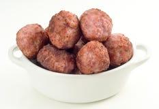 Boulettes de viande frites dans le pot de porcelaine, d'isolement Image stock