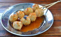 Boulettes de viande grillées et sauce épicées images stock