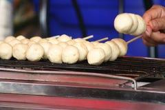 Boulettes de viande grillées sur des brochettes photographie stock