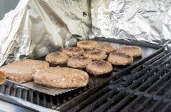 Boulettes de viande juteuses et chaudes sur le gril Photo stock