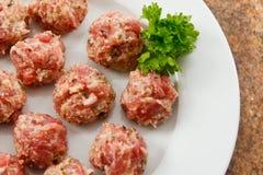 Boulettes de viande prêtes à cuisiner Images libres de droits