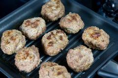 Boulettes de viande sur la poêle photos libres de droits