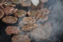Boulettes de viande sur le gril Barbecue en nature image stock