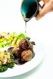 Boulettes de viande versées avec de la sauce chili douce Photographie stock libre de droits