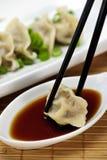 Boulettes et sauce de soja cuites à la vapeur Photos stock