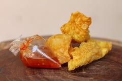 Boulettes frites, nourriture chinoise avec de la sauce dans le sachet en plastique sur la table en bois photographie stock