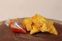 Boulettes frites, nourriture chinoise avec de la sauce dans le sachet en plastique sur la table en bois photographie stock libre de droits