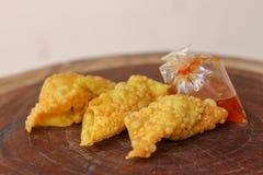 Boulettes frites, nourriture chinoise avec de la sauce dans le sachet en plastique sur la table en bois image libre de droits