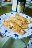 Boulettes frites servies de la plaque blanche images libres de droits