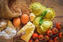 Boulettes/ravioli avec du fromage, le basilic et les pignons, pesto pas Images stock