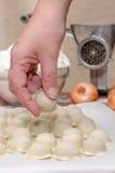 Boulettes russes Le processus de la cuisson Photo stock