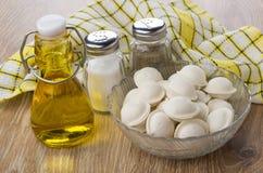 Boulettes surgelées en huile de cuvette, de sel, de poivre et végétale Photo libre de droits